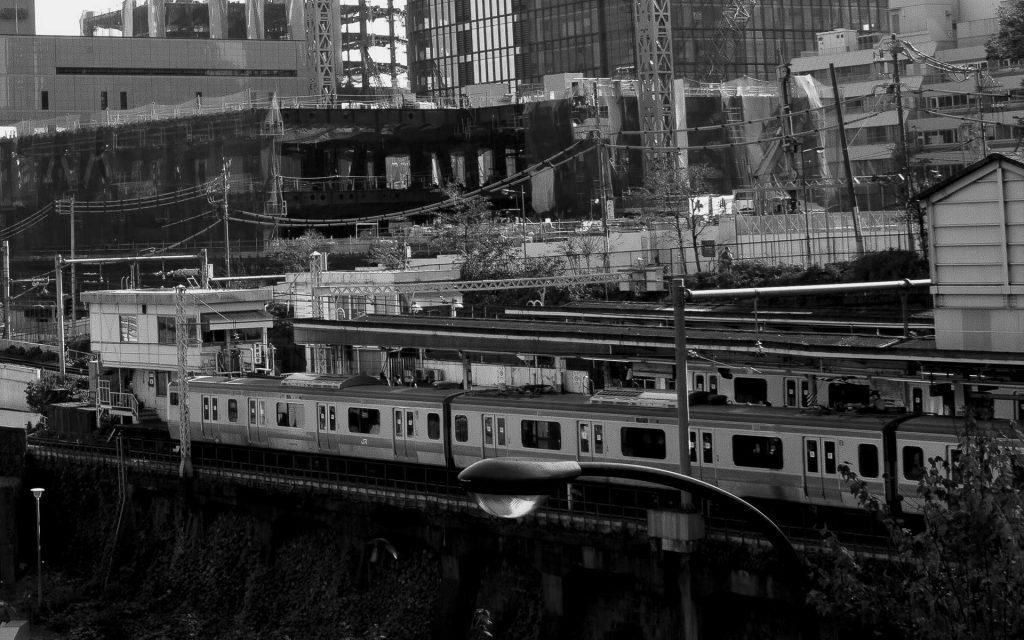 JR中央線の線路に飛び込んだはずの人物が忽然と姿を消した。「幽霊が出たのでは…」と、ネット上に動揺が広がっている…。